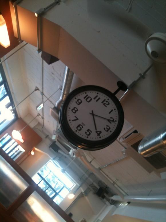 「ON THE CORNER」地下鉄風時計