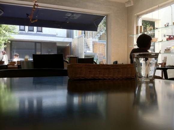 「カフェ ano」店内。窓が大きく開放的。