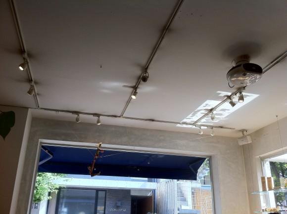 「カフェ ano」内装:天井にはプロジェクタも