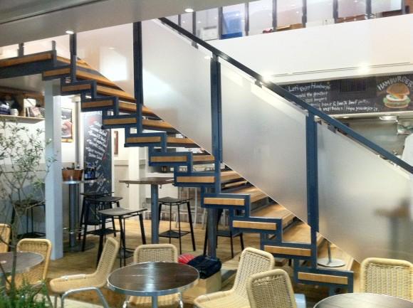 J.S. BURGER テラスと摺りガラスの階段