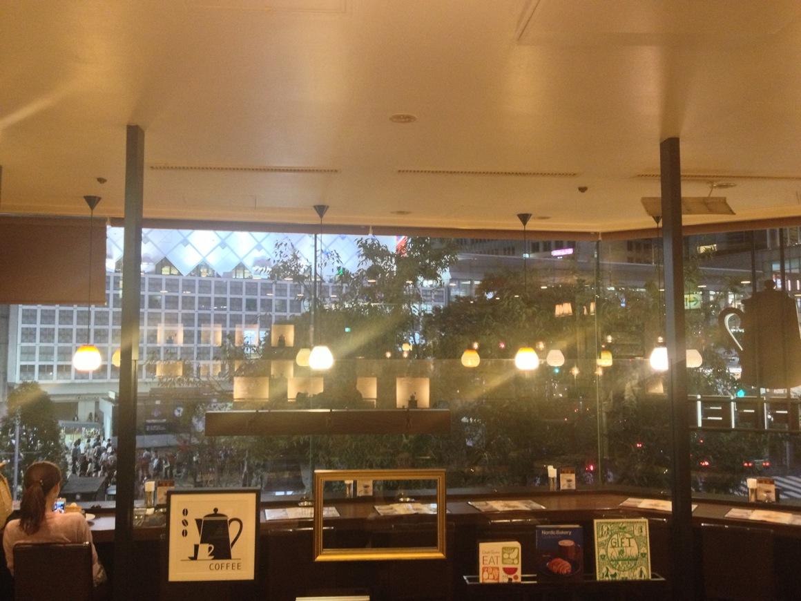 星乃珈琲 渋谷109MEN's店からスクランブル交差点を眺める
