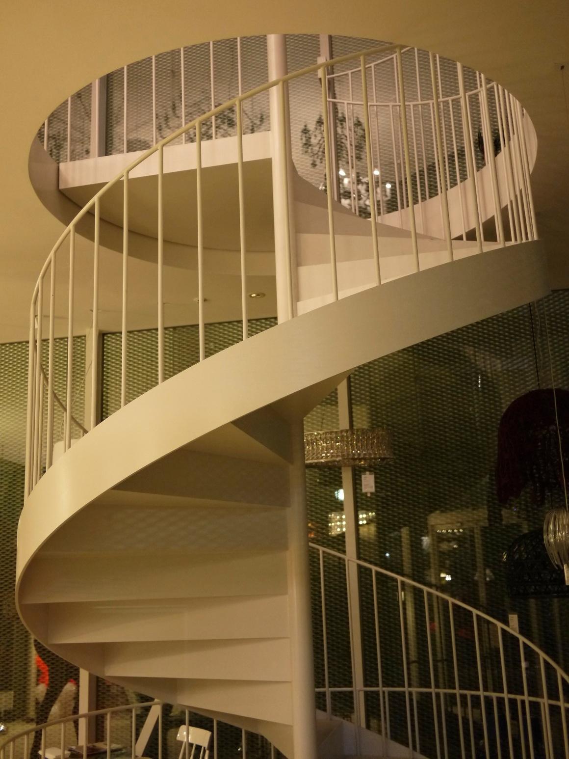 地下一階地上二階を貫く螺旋階段