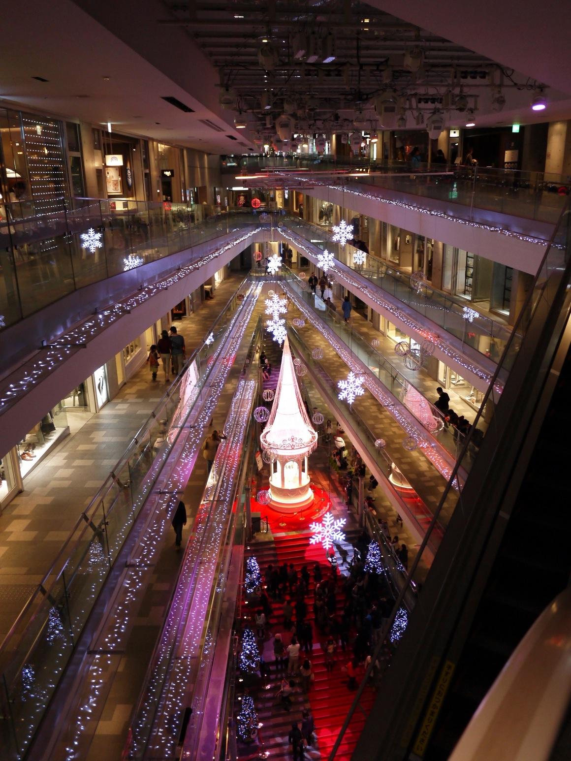 表参道ヒルズ大階段にはレッドカーペットに巨大クリスマスツリーが登場