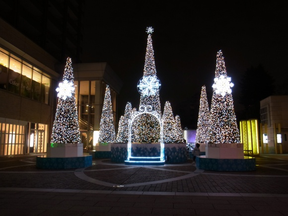 広場のクリスマスツリー/代官山駅前のクリスマスイルミネーション