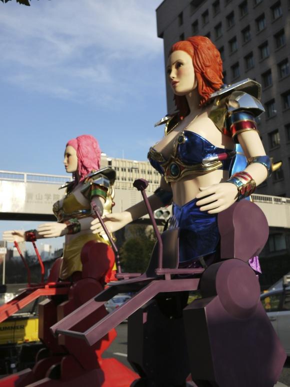 青山通り陸橋をバックにするロボットレストランのロボたち