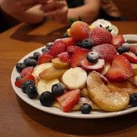 カフェカイラの特製パンケーキフルーツトッピング全部盛り
