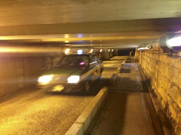 高輪橋架道橋を通過するタクシー