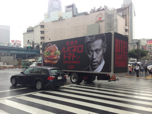 渋谷駅前のマクドナルド宣伝トレーラー