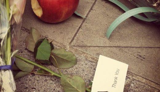 AppleStore渋谷に一口かじったりんごが供えられる