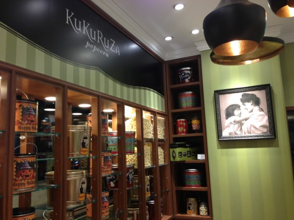 ガロン缶がディスプレイされたKuKuRuZa店内